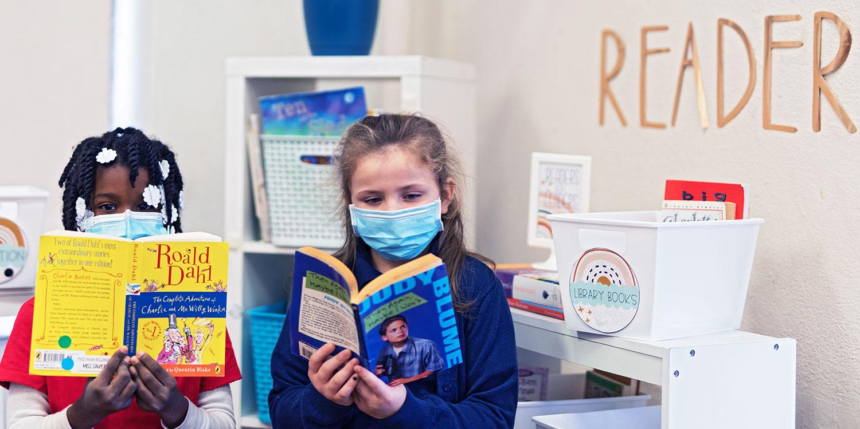 小学生们在教室里看书.