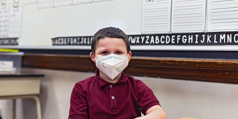 一名小学生在教室里微笑.